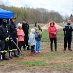 Grupa ludzi - strażacy, mieszkańcy, dzieci