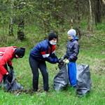 Dzieci zbierający śmieci w lesie