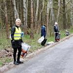 Ludzie zbierający śmieci wzdłuż drogi