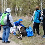 Ludzie zbierający śmieci w lesie