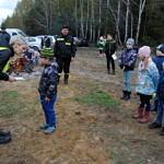 Dzieci otrzymują dyplomy za udział w akcji sprzątania lasu