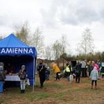 Namiot KGW Kamienna z jedzeniem, obok ludzie
