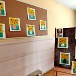 Prace dzieci naśladujące prace mistrzów na stojakach i na ścianach - jak w galerii