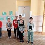 """Grupa dzieci we """"własnej galerii sztuki"""""""