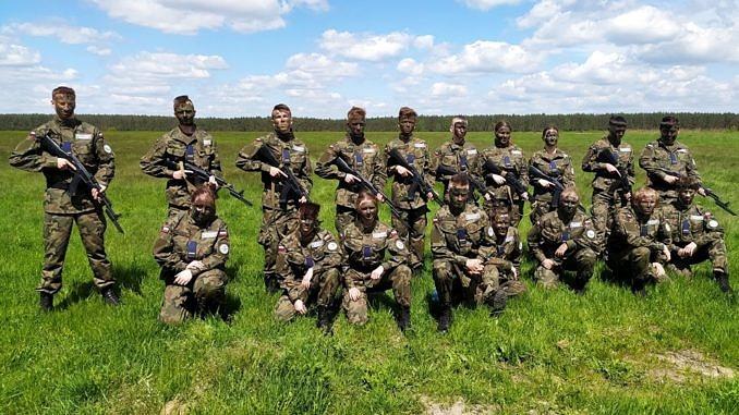 Młodzież w mundurach moro podczas ćwiczeń wojskowych