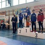 Zawodnicy na podium - obok wręczający