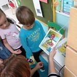 Dzieci oglądają rysunek na tablecie