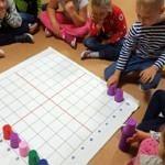 Dzieci nad planszą do gry