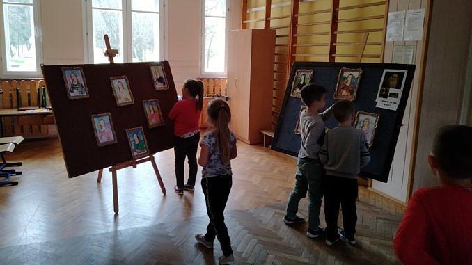 Dzieci oglądają własne prace