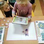Dzieci nad tabletem i rysunkami