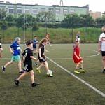 Młodzi piłkarze FA UKS Wola Krzysztoporska podczas rozgrywek z rodzicami