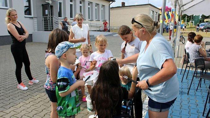 Dzieci z opiekunami podczas zabaw i animacji