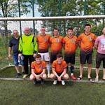 II miejsce LZS Rokszyce - drużyna w pomarańczowych koszulkach na tle bramki
