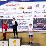 Młodzi zawodnicy z dyplomami i medalami na podium