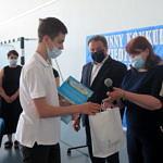 Wójt i dyrektor szkoły w Gomulinie wręczają nagrody i upominki uczestnikom konkursu