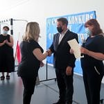 Wójt i dyrektor szkoły w Gomulinie gratulują nauczycielom - opiekunom uczestników konkursu
