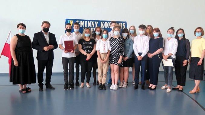 Zdjęcie grupowe uczestników konkursu, ich opiekunów, organizatorów i wójta gminy