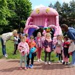 Dzieci na różowej, dmuchanej zjeżdżalni