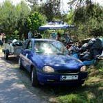 Samochód osobowy z przyczepką załadowana śmieciami zebranymi w lesie