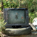 Stary telewizor na oponach