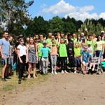 Duża grupa osób, która brała udział w sprzątaniu lasu