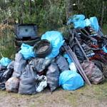 Sterta śmieci w workach plus opony i telewizor
