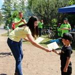 Kobieta wręcza dyplomy dzieciom