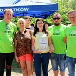 Grupa osób jedna z dyplomem od Leszy
