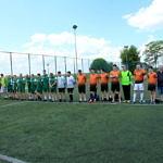 zawodnicy turnieju stoją na boisku