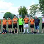 zawodnicy stoją na boisku