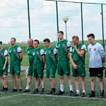 Zawodnicy w zielonych koszulkach stoj w rzędzie