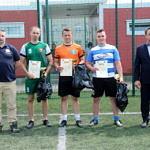 Kapitanowie drużyn z dyplomami w towarzystwie organizatora Tomasza Woźniaka i wójta Romana Drozdka