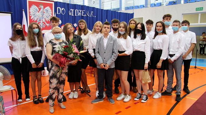 Grupa absolwentów Szkoły Podstawowej w Bujnach z wychowawczynią