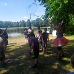 Dzieci podczas zabawy nad stawem w Wygodzie