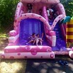 Dzieci na różowej zjeżdżalni