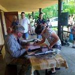 Uczestnicy zawodów wędkarskich odbierają nagrody