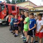 Strażacy prezentują wyposażenie wozu