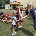 Dyrektor szkoły wręcza nagrody dzieciom