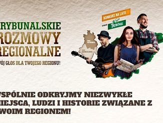 plakat : napis Trybunalskie Rozmowy Regionalne;WSPÓLNIE ODKRYJMY NIEZWYKŁE MIEJSCA, LUDZI I HISTORIE ZWIĄZANE Z TWOIM REGIONEM! obok mapa powiatów piotrkowskiego i radomszczańskiego i troje młodych ludzi - chłopak z gitarą, dziewczyna z mapą, chłopak uśmiechnięty w kraciastej koszuli