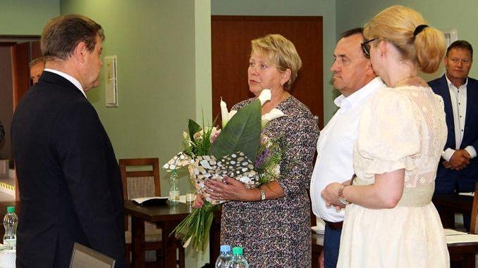 Wójt Roman Drozdek odbiera gratulacje i kwity z rąk przewądniczce Rady Gminy Małgorzaty Gniewaszewskiej i dwojga radnych