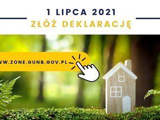plakat - na tle lasu drewniany domek; 1 lipca złóż deklarację