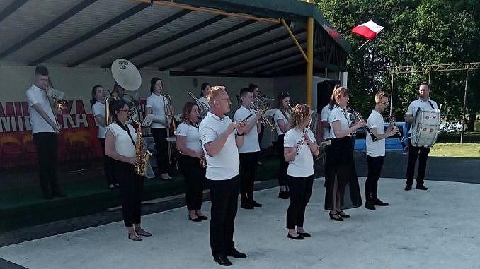 Orkiestra Suchcice i Okolice - muzycy grają stojąc