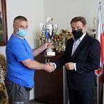 Tomasz Woźniak przekazuje puchar wójtowi gminy
