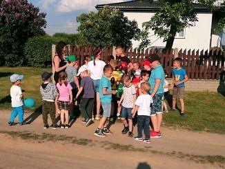 Grupa dzieci z opiekunami podczas zabaw i animacji
