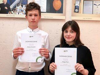 Chłopiec i dziewczyna z dyplomami