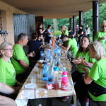 Grupa ludzi biesiaduje przy stole