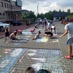 Malowanie kredą na placu przed Gminnym Ośrodkiem Kultury w Woli Krzysztoporskiej