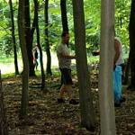 Ludzie zbierają śmieci w lesie