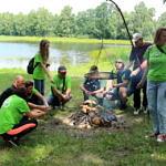 Uczestnicy sprzątania pieką kiełbaski przy ognisku