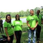Uczstnicy sprzątania w zielonych koszulkach